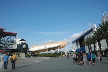 12.2:350:233:0:0:シャトルシミュレーターとシャトルの実物大モック:right:1:1:シャトルシミュレーター(右の建物)とシャトルの実物大モックアップ:0: