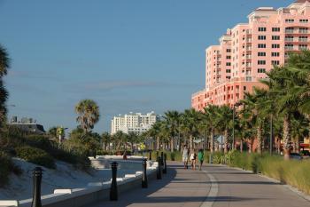 15.8:350:233:0:0:綺麗に整備された歩道:right:1:1:再開発によって綺麗に整備された歩道(右後方のピンク色の建物は、ハイアットリージェンシー):0: