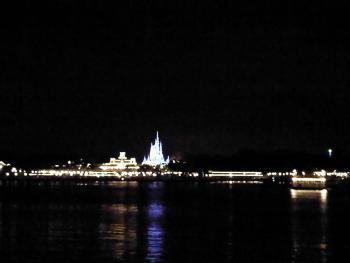 7.8:350:263:0:0:湖の向こうにシンデレラ城が浮かぶ:right:1:1:湖の向こうにシンデレラ城が浮かぶ:0:
