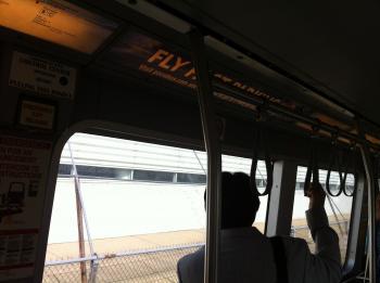 13.2:350:261:0:0:ターミナル間のシャトル:right:1:1:国際線からは一度ターミナルを出て、シャトルで移動する:0: