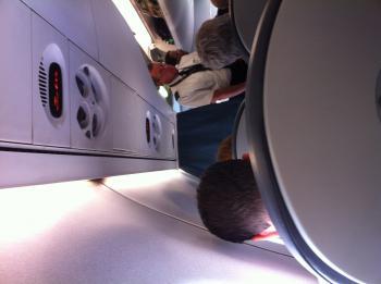 11.8:350:261:0:0:ボストン便の機内:right:1:1:座席は大きめで余裕がある(なぜか、縦横検知が働いていないので 横になっています):0: