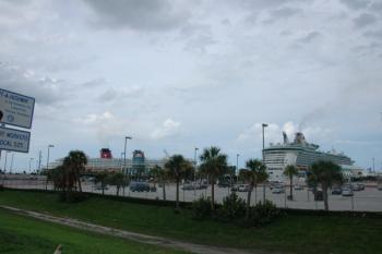 41.1:800:532:350:233:超巨大なクルーズ船:right:1:1:右が世界最大級クルーズ船フリーダム。左はディズニークルーズ:0: