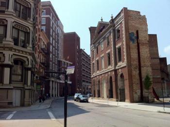 63.3:700:523:350:262:プロヴィデンスのダウンタウン:right:1:1:道路側の外壁だけ残されている。後ろは駐車場になっている。:0: