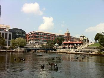 59.4:700:523:350:262:プロヴィデンスのダウンタウン:right:1:1:中心部を貫く川沿いの園地。川は透明度は無いが匂いもなくゴミも少ない。正面奥の建物はデパート3つと専門店街からなるSC。:0: